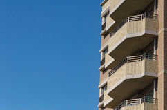 现代公寓,在蓝天背景的旅馆大厦从wor 免版税库存照片