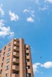 现代公寓,在蓝天背景的旅馆大厦从wor 库存图片
