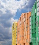 现代公寓comple的一个多彩多姿的门面的片段 库存照片