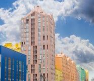 现代公寓comple的一个多彩多姿的门面的片段 图库摄影