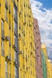现代公寓comple的一个多彩多姿的门面的片段 库存图片