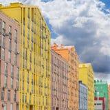 现代公寓comple的一个多彩多姿的门面的片段 免版税库存照片