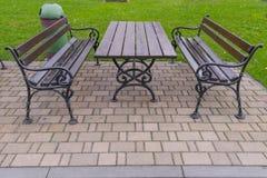 现代公开长凳和桌 免版税库存照片