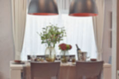 现代经典用餐的集合的模糊的照片在豪华餐厅 免版税库存图片