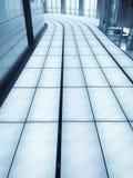 现代内部办公楼曲拱建筑师金属地板白色修造蓝色推力窗口曲拱建筑学 免版税库存图片