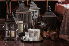 现代内部和家庭装饰概念 使用蜡烛、灯笼和烛台 木零件 库存照片