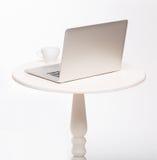 现代内部白色椅子和桌与膝上型计算机 免版税库存照片