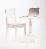 现代内部白色椅子和桌与膝上型计算机 库存照片