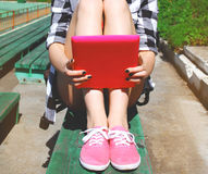 现代凉快的行家女孩以片剂个人计算机休息 免版税库存照片