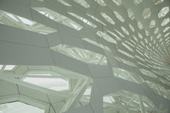 现代利用仿生学的建筑学的未来派内部结构墙壁元素 混凝土和金属 免版税库存照片