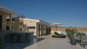 现代别墅外部与大阳台、游泳池和轻便折叠躺椅的 股票视频