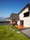 现代别墅,外部与草坪,没人 免版税库存照片