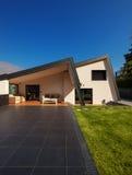 现代别墅,外部与草坪,没人 免版税库存图片
