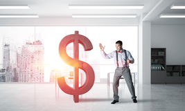 现代办公室内部打破的美元形象的坚定的银行家人 库存图片