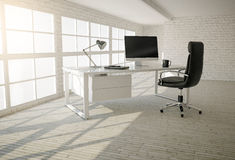 现代办公室内部有砖墙、木地板和家神的 免版税库存照片