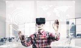 现代办公室内部的年轻人体验虚拟现实的 免版税库存照片