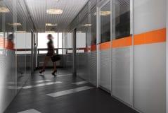现代办公室走廊 免版税图库摄影