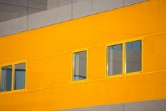 现代办公楼。五颜六色的大厦在一个工业地方。橙色窗口。 免版税库存图片