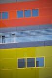 现代办公楼。五颜六色的大厦在一个工业地方。红色和黄色窗口。 免版税库存照片