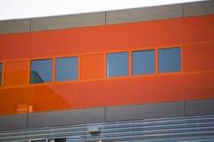 现代办公楼。五颜六色的大厦在一个工业地方。红色窗口。 库存照片