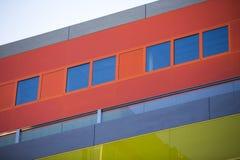 现代办公楼。五颜六色的大厦在一个工业地方。红色窗口。 免版税库存图片