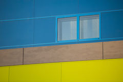 现代办公楼。五颜六色的大厦在一个工业地方。蓝色和黄色窗口。 库存图片