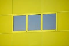 现代办公楼。五颜六色的大厦在一个工业地方。蓝色和黄色窗口。 图库摄影
