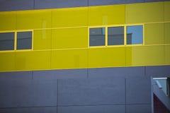 现代办公楼。五颜六色的大厦在一个工业地方。黄色窗口。 库存图片