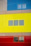 现代办公楼。五颜六色的大厦在一个工业地方。黄色,蓝色和红色窗口。 库存照片