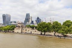 现代办公楼在伦敦,从塔桥梁,伦敦,英国的看法 免版税库存图片