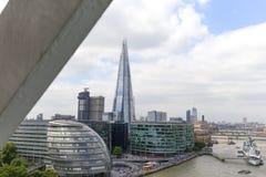 现代办公楼在伦敦,从塔桥梁,伦敦,英国的看法 免版税库存照片