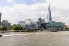现代办公楼在伦敦,从塔桥梁,伦敦,英国的看法 图库摄影
