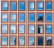 现代办公楼外部在红砖的 免版税库存照片
