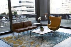 现代办公楼大厅家具 免版税库存图片