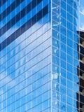 现代办公楼的垂直的角落 免版税库存照片