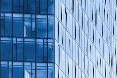 现代办公楼角落、蓝色玻璃和钢 库存图片