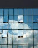 现代办公楼玻璃门面与开窗口的 库存图片