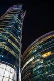 现代华沙建筑学夜视图  免版税库存图片