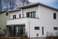 现代单身家庭的房子,屋顶平台 库存照片