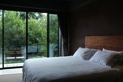 现代卧室有自然视图 免版税库存图片