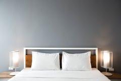 现代卧室设计,双人床 免版税库存照片