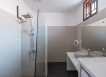 现代卫生间内部在旅馆或家 库存图片