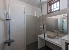 现代卫生间内部在旅馆或家 库存照片