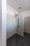 现代卫生间内部在旅馆或家 免版税库存照片
