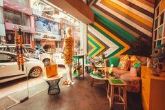 现代印地安时尚商店内部有陈列室和葡萄酒家具的 免版税图库摄影