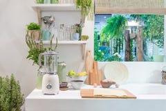 现代厨房内部有搅拌器、块、刀子和kitche的 免版税库存图片
