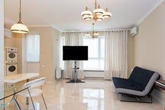 现代厨房区域附有客厅 与经典之作的室内设计或葡萄酒和现代元素 免版税库存照片
