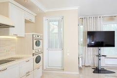 现代厨房区域附有客厅 与经典之作的室内设计或葡萄酒和现代元素 免版税图库摄影