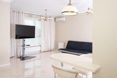 现代厨房区域附有客厅 与经典之作的室内设计或葡萄酒和现代元素 库存图片
