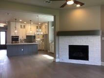 现代厨房和家庭娱乐室在一个新房里 库存图片